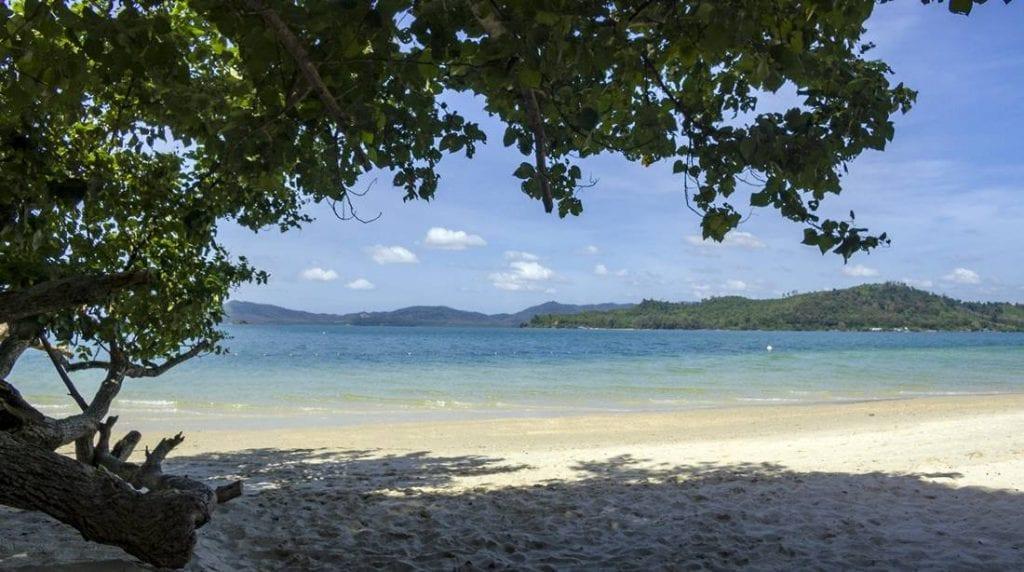 Overview of the beach on Koh Lawa Yai Island